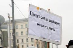 Moskva Ryssland - December 10, 2011 Anti--regeringen opposition samlar på den Bolotnaya fyrkanten i Moskva Royaltyfri Bild