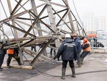 Moskva Ryssland - December 21, 2017 Demonteringen av tornen av hög spänning fodrar i staden Fotografering för Bildbyråer