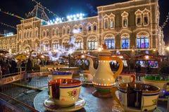 MOSKVA RYSSLAND - DECEMBER 24, 2014: Den röda fyrkanten på natten dekorerar Arkivfoton