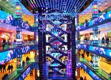 MOSKVA RYSSLAND, DECEMBER 2017: Europeisk shopping för Moskvaköpcentrum, designmitt Arkivbilder
