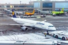 MOSKVA RYSSLAND - DECEMBER 18, 2017: Flygbussen A 321-200, Lufthansa flygbolag på den internationella flygplatsen Domodedovo Kopi Fotografering för Bildbyråer
