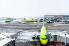 MOSKVA RYSSLAND - DECEMBER 18, 2017: Flygplan Boeing 737 S7 Airlines på den internationella flygplatsen Domodedovo Kopiera utrymm Royaltyfri Foto