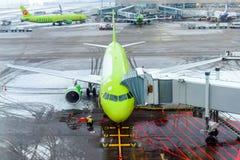 MOSKVA RYSSLAND - DECEMBER 18, 2017: Flygplan Boeing 737 S7 Airlines på den internationella flygplatsen Domodedovo Kopiera utrymm Arkivbilder