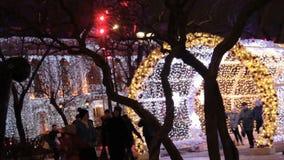 MOSKVA RYSSLAND - DECEMBER 21, 2017: Folket och turister promenerar den Tverskaya gatan som dekoreras för nytt år och jul stock video