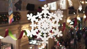 MOSKVA RYSSLAND - DECEMBER 6: Garnering för jul och nytt års av en galleria med vitboksnöflingor lager videofilmer