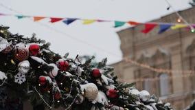 Moskva Ryssland - December: Konstgjord filial för gran med julpärlor och bollar på hustaket arkivfilmer