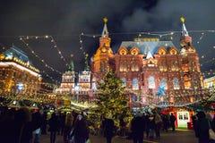 MOSKVA RYSSLAND - DECEMBER 24, 2014: Manezhnaya fyrkant på natten Arkivfoton