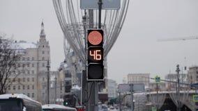 Moskva Ryssland - December, 2018: Närbild av ändringar för trafiksignalljus till rött för transport på dagsljus stock video