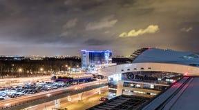 MOSKVA RYSSLAND - 25 december 2017: Nattpanoramautsikt av terminal A av Vnukovo den internationella flygplatsen och flygplatsen Royaltyfri Fotografi