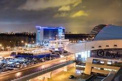 MOSKVA RYSSLAND - 25 december 2017: Nattpanoramautsikt av terminal A av Vnukovo den internationella flygplatsen och flygplatsen Royaltyfri Foto