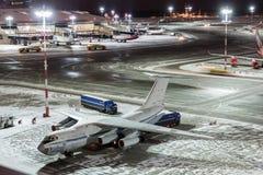MOSKVA RYSSLAND - 25 december 2017: Nattpanoramautsikt av terminal A av Vnukovo den internationella flygplatsen och last Royaltyfri Foto
