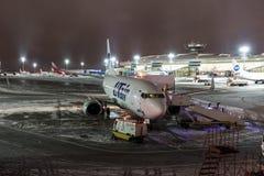 MOSKVA RYSSLAND - 25 december 2017: Nattsikt av terminal A av Vnukovo den internationella flygplatsen och Boeing 737 Utair Royaltyfri Fotografi
