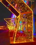 MOSKVA RYSSLAND - DECEMBER 2017: Nytt år 2018 och garnering för ` s för nytt år för jul av en gata i form av en tunnel av stjärno Arkivbild