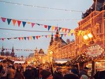 MOSKVA RYSSLAND - DECEMBER 11, 2018: Nytt års mässa på röd fyrkant i Moskva festlig dekor julen dekorerar nya home idéer för garn arkivbild