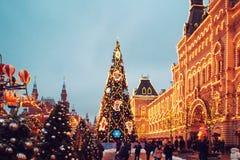 MOSKVA RYSSLAND - DECEMBER 11, 2018: Nytt års mässa på röd fyrkant i Moskva festlig dekor julen dekorerar nya home idéer för garn arkivfoto
