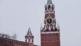 Moskva Ryssland - December, 2018: Pannaskott av det Spasskaya klockatornet och MoskvaKremlväggen på molnig himmel för vinter lager videofilmer