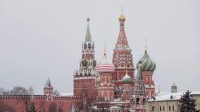 Moskva Ryssland - December, 2018: Pannaskott av St-basilikas domkyrka och det Spasskay tornet i snö på dagsljus stock video