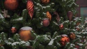 Moskva Ryssland - December 6: Röd jul klumpa ihop sig att hänga på granträd utanför i Moskva lager videofilmer
