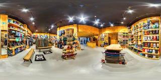 MOSKVA RYSSLAND DECEMBER 21 2017 shoppar sportsligt gods för aktiva och extrema sportar Snowboards skidar, cyklar panorama 360 Royaltyfri Bild