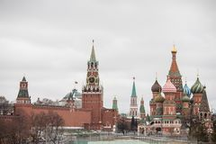 Moskva Ryssland - december 10 2018: sikt av MoskvaKreml och St-basilikas domkyrka royaltyfri fotografi