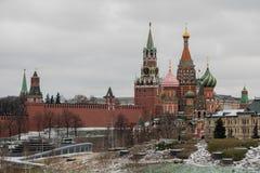 Moskva Ryssland - december 10 2018: sikten från snö-täckt parkerar arkivbild