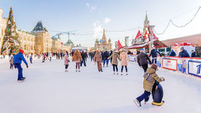 MOSKVA RYSSLAND - DECEMBER 20, 2016: skridskoåkningisbana på röda Squa Arkivbilder