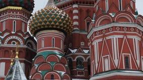 MOSKVA RYSSLAND - DECEMBER, 2018: Slut upp lutande upp av St-basilikas domkyrka i snö arkivfilmer