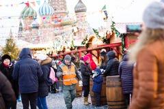 MOSKVA RYSSLAND - December 10, 2016: Moskva som dekoreras för ferier för nytt år och jul Gummi som åker skridskor isbanan på röd  Arkivbild