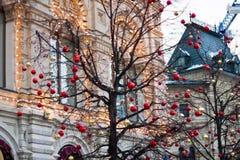 MOSKVA RYSSLAND - December 10, 2016: Moskva som dekoreras för ferier för nytt år och jul Gummi som åker skridskor isbanan på röd  Royaltyfri Foto