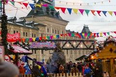 MOSKVA RYSSLAND - December 10, 2016: Moskva som dekoreras för ferier för nytt år och jul Gummi som åker skridskor isbanan på röd  Royaltyfri Fotografi