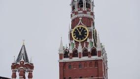 MOSKVA RYSSLAND - DECEMBER, 2018: Vippa på upp av Spasskaya klockatorn och MoskvaKremlväggen på molnig himmel för vintern stock video