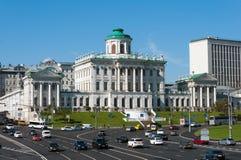 MOSKVA RYSSLAND - 13 04 2015 Den gamla herrgården av det 18th århundradet - det Pashkov huset För närvarande det ryska statliga a Royaltyfri Foto