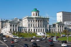 MOSKVA RYSSLAND - 13 04 2015 Den gamla herrgården av det 18th århundradet - det Pashkov huset För närvarande det ryska statliga a royaltyfri fotografi