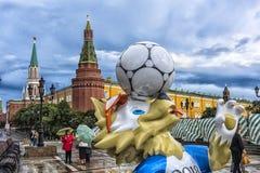 Moskva Ryssland - 22 06 2017 den officiella maskot av FIEN 2018 Royaltyfria Bilder