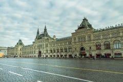 Moskva/Ryssland - 04 2019: deserterad röd fyrkant av Moskva med en gammal shoppinggalleria, GUMMI royaltyfri foto