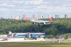 Moskva Ryssland - 07/02/2018: ` För flygbuss A330 som DIN Turkish Airlines ` landar på den MoskvaVnukovo flygplatsen royaltyfria foton