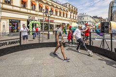 MOSKVA RYSSLAND - fans för JUNI 19 2018 Moskvamitt firar världscupen 2018 Arkivfoto
