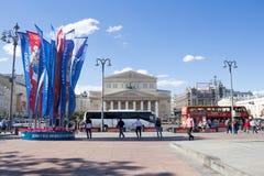 Moskva Ryssland: Fasad av den Bolshoi teatern mot den blåa himlen Arkivfoto