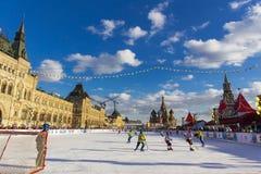 MOSKVA RYSSLAND - FEBRUARI 27, 2016: Övervintra sikten på röd fyrkant med GUMMI- och skridskoisbanan var rymdes barnen Royaltyfri Fotografi