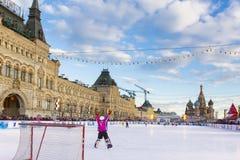 MOSKVA RYSSLAND - FEBRUARI 27, 2016: Övervintra sikten på röd fyrkant med GUMMI- och skridskoisbanan var rymdes barnen Royaltyfri Bild