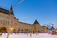 MOSKVA RYSSLAND - FEBRUARI 27, 2016: Övervintra sikten på röd fyrkant med GUMMI- och skridskoisbanan var rymdes barnen Royaltyfria Bilder