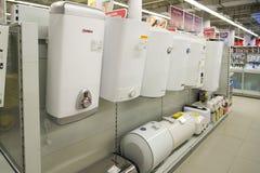 Moskva Ryssland - Februari 02 2016 Den elektriska vattenvärmeapparaten i eldorado är stort sälja för butikskedjor Royaltyfri Fotografi