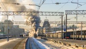 MOSKVA RYSSLAND - Februari 23 2018: Det Retro ångadrevet avgår från den Yaroslavl stationen av Moskva Royaltyfri Fotografi