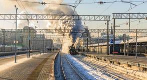 MOSKVA RYSSLAND - Februari 23 2018: Det Retro ångadrevet avgår från den Yaroslavl stationen av Moskva Arkivbild