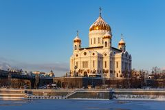 Moskva Ryssland - Februari 01, 2018: Domkyrka av Kristus frälsaren i Moskva Sikt från den Bersenevskaya invallningen Royaltyfri Bild