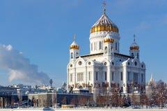 Moskva Ryssland - Februari 01, 2018: Domkyrka av Kristus frälsaren med Golden Dome på den soliga vintermorgonen moscow vinter Royaltyfri Fotografi