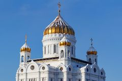Moskva Ryssland - Februari 01, 2018: Domkyrka av Kristus frälsaren med guld- kupoler i Moskva på en bakgrund för blå himmel på so Royaltyfri Bild