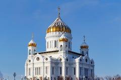 Moskva Ryssland - Februari 01, 2018: Domkyrka av Kristus frälsaren med guld- kupoler i solig vinterdag moscow vinter Arkivfoton