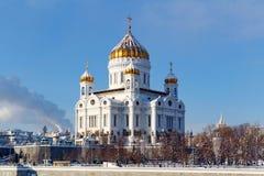 Moskva Ryssland - Februari 01, 2018: Domkyrka av Kristus frälsaren mot den blåa himlen moscow vinter Fotografering för Bildbyråer