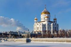 Moskva Ryssland - Februari 01, 2018: Domkyrka av Kristus frälsaren mot den Moskva floden i vinter Sikten från Bersenevskaya inval Arkivbilder